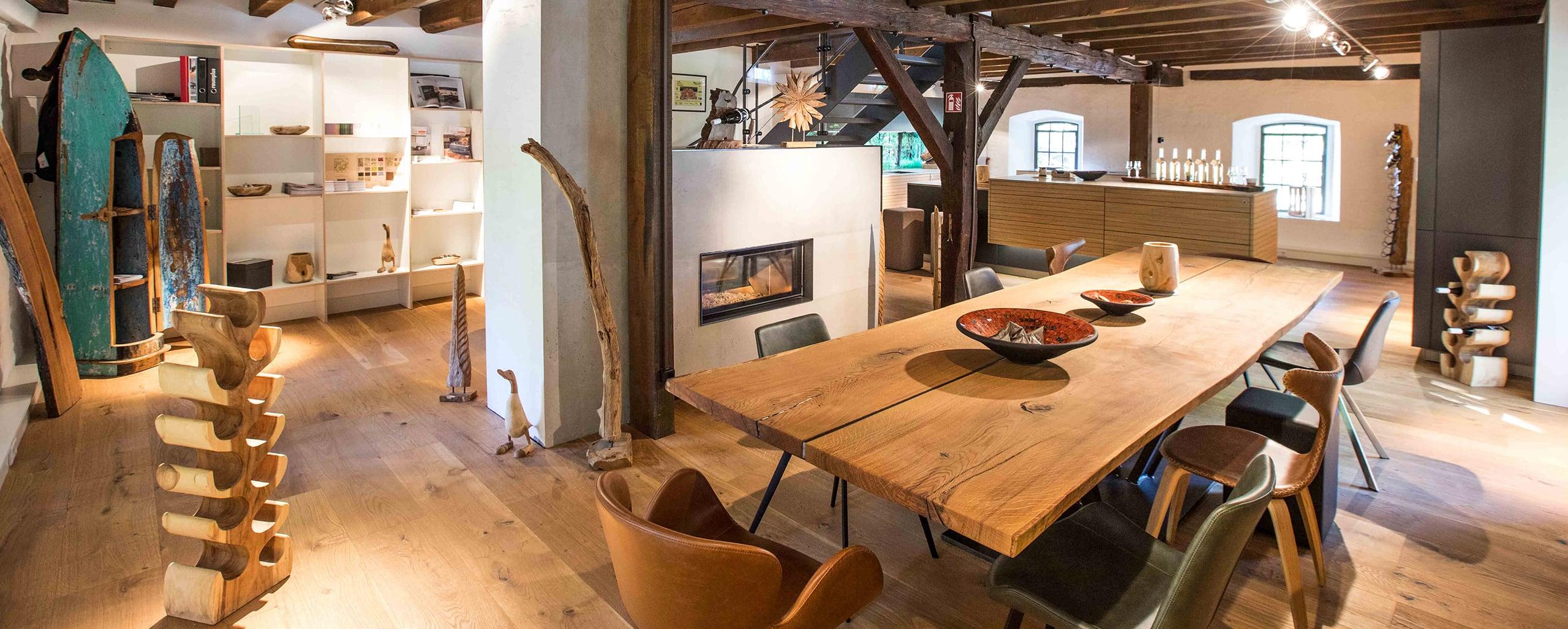 Showroom mit exklusiven Holzmöbeln vom Holzraum Schloss Lüntenbeck