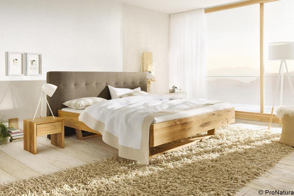 Helles Schlafzimmer mit Holzbett vom Holzraum Schloss Lüntenbeck