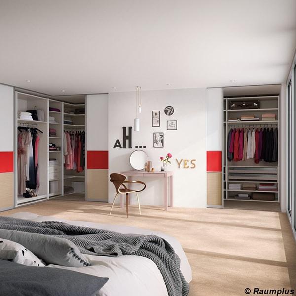 Offenes helles Schlafzimmer vom Holzraum Schloss Lüntenbeck